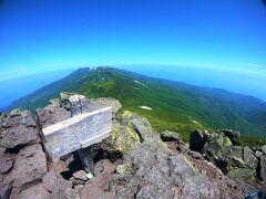 二人で絶景の羅臼岳パノラマ・テラスで、おにぎりランチを堪能した。
