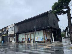 神門通りを出雲大社に向けててくてく。 雨は止む気配はない。 観光案内所もまだ閉まっている。