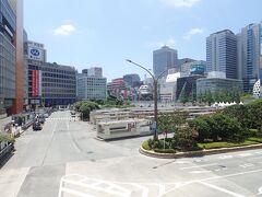 中央奥の方に見えるのが、再開発の予定の上がっている、明治安田生命ビルと、ヨドバシカメラ新宿西口店のあたりです。  左の京王百貨店の再開発はいまのところなさそうです。