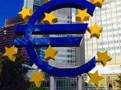 フランクフルトはヨーロッパ経済の中心地 欧州中央銀行前にある『ユーロマーク』はフォトスポット