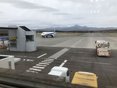 中標津空港の待合室から。 我々が乗る飛行機がやって来ました。