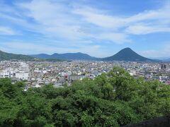次に丸亀城へ。  高さ日本一の石垣を有する名城です。  本当に心臓破りの坂で、汗だくになりました。  上から見た景色。
