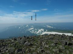 山頂からの景観も素晴らしく、南西にはトムラウシ山や忠別岳。