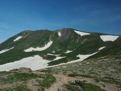 板垣新道分岐が近くなると中腹には白雲避難小屋も確認でき、白雲岳が一層大きく見えます。