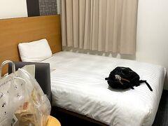 成田空港をあとにして、京成本線の電車で、成田駅まで移動しました。 成田空港駅に残る「検問施設の跡」を見ると、ほんの数年前まで検問やってたことを思い出します。 最後の方は、形式的なものでしたが、異様な感じでしたね。  今夜の宿、「コンフォートホテル成田」に到着しました。