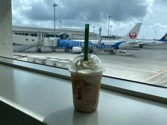 那覇空港のスタバにありました! 沖縄フラペチーノ ちんすこうが旨し。 ANA側の制限エリア内にあるのでテイクアウトしてラウンジでいただきました。 空港っぽくジンベエジェットをバックに。