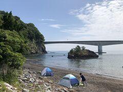 地続きではありませんが、何人かの人が泳いで島へ渡り、島の岩を登っていました。