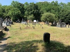 両側に墓地 正面は 古い墓のようだ。  鎌田さんの墓が近くにたくさんあるのは、 文政12年(1829年)7月19日、76歳で亡くなってから、遺骸は友人鎌田正家の墓域に葬られたという記述がある。