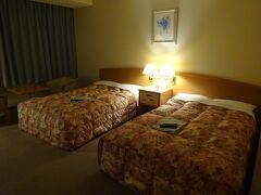 腹ごしらえを済ませて部屋に戻ってからの撮影。室内照明が今一分からない。 ベッドも大きく広めのお部屋でした。
