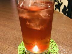 """1杯目はハーブティーの""""プロヴァンス""""を。  ハイビスカス、ローズヒップ、リンゴ、オレンジピールに、アプリコットやピーチの風味付け。"""