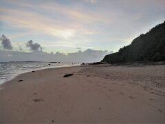 残念ながら台風で翌日からフェリー欠航になる様子なので、 最後の星砂の浜。  日の出を見ながら散歩します。