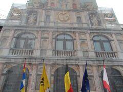 幕で覆われた市庁舎を見上げて  アントワープ市庁舎は、1561年から1565年にかけて建設され、ベルギー国内で最大のルネサンス建築。ノートルダム大聖堂とともに「ベルギーとフランスの鐘楼群」として世界遺産に登録されています。