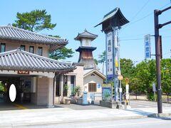 琴電琴平駅と 高灯篭27m(金刀比羅宮北神苑)木造建築の高さ日本一とのこと 見にくいですが駅舎の中央奥に見える建物です