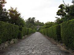 石畳と槇垣が美しい『御城番屋敷』。 城を警護する武士とその家族が住んでいた組屋敷です。