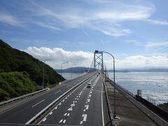 遥か彼方まで橋が続いているように見えます。