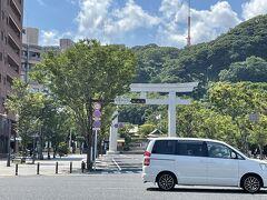 観光にはそれほど熱意がないですが、桜島がきれいに見えるスポットへ。城山ふもとの神社の隣に登山道があります。