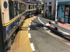 江ノ電は江の島駅を過ぎると路面区間へ突入。