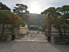 栗林公園駅から徒歩10分くらい。 特別名勝 栗林公園に入園 大人410円  素晴らしい庭園です。 日本三庭園に入っていないのが不思議。
