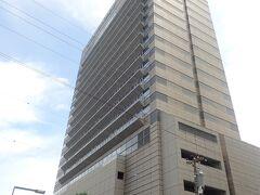 朝陽門から徒歩1分くらいで、ホテルニューグランドです。 こちらは新しいタワーの方ですね。