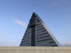 青森県観光物産館アスパム。昭和61年に建てられた15階建て高さ76mの複合ビル。