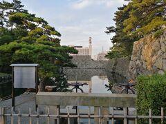 玉藻公園=高松城址 海に面したお城で、天守閣が残っていたらさらに素晴らしい名所だったでしょう。 石垣から往時が偲ばれます。 ここは水門:海の干潮の水位調節をします。堀でタイやチヌが釣れるらしい。