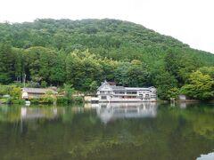由府両築から徒歩11分で金鱗湖に着きました。