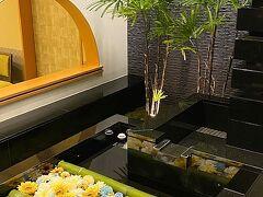7月31日(Sat) 三井ガーデンホテル京都駅前 https://www.gardenhotels.co.jp/kyoto-station/  おはようございます。 いつもながらの夜行バスで京都へ到着したのが朝6:00。ホントにぴったり予定時刻に到着してびっくり(笑)  まずは今宵泊まるレフ京都八条口 by ベッセルホテルズに荷物を預けてから、朝食を食べに行きましょう♪この早朝からやっているお店はやっぱりホテルビュッフェになってしまうのよね。 前回もここで食べたという三井ガーデンホテル京都駅前。階段下には花手水のようになってて綺麗☆