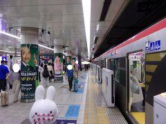 東銀座駅から都営地下鉄に乗って泉岳寺へ、そこから京急線に乗って羽田空港へ行きます。 シナリオ通りに「空港快特」に乗れたので早く羽田空港へ行くことができました(^_-)-☆。