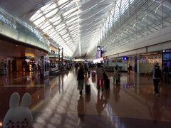 羽田空港第2ターミナルに到着(^_-)-☆。 この日の翌日から連休に入るために、ちょっと早めに休みが取れた人たちがいそいそと搭乗手続きのカウンターへ向かっているようでした。