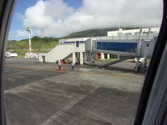 予定通りに八丈島空港に到着しました(^_-)-☆。 ボーディングブリッジに付けられます。
