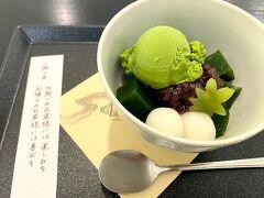 京都イオリカフェ 大丸京都店 https://www.sasayaiori.com/  バスで四条まで移動、まだちょいと時間があるので朝おやつ(笑) 1716年創業の笹屋伊織のカフェで抹茶ゼリーを♪パフェと悩んだがこれからランチがあるので、あまりお腹いっぱいになっても困るから軽くね(笑)  こういうちゅるちゅる物が大好きなのです。美味しいんだけど、ソースがないせいか、餡子つけないと味がないのよね。黒蜜とかかけて欲しいなぁ~ 餡子があまり得意じゃないのでちびっとずつつけて頂きました(;^ω^)