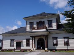 帰りがけに小桜館の前を通った。 ここは、西置賜郡役所が建っていた場所だが、戦国時代には、伊達氏の重臣片倉家の居館である宮村館があったそうだ。 小桜城址という案内板が建っているが、小桜城と言う呼び名は後世に付けられたものだと書いてあった。