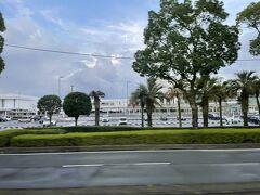 まずタクシーで鹿児島中央駅に行き、ソラリア西鉄ホテル下のバスターミナルから鹿児島空港行きのバスに乗りました。フェリーの到着が20分くらい遅れたので、予定より一本遅いバスです。