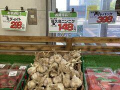 フェリーまで時間があったので、近くのスーパーヤクデンに移動してお買いもの。お刺身やお菓子など買いました。屋久島ニンニク、2個で148円は安い!