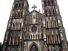 聖ヨセフ大聖堂(ハノイ大教会)は、 2つの尖塔が特徴的なネオ・ゴシック様式の大聖堂で ハノイで最古の教会で、1886年に建設されたそうです