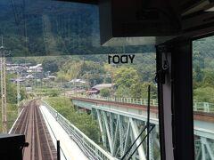 渋川出発後、吾妻線と別れるといよいよ山間の区間へ。利根川に沿って続く谷を、トンネル&鉄橋で縫うように走って行きます。