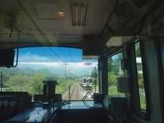 211系普通列車とすれ違い。高崎→水上間の上越線の景色は、60キロの間に目まぐるしく移り変わるので、乗っていてとても楽しいのです。