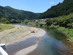 オートキャンプ場があり、清流で 川遊びをされています。