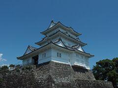 炎天下の小田原城。 天守閣内部はパス。  15世紀末から北条氏が5代にわたり 居城してきましたが 1590年に豊臣秀吉の小田原攻めで 滅亡しました。 現在の姿は昭和になってから 再建されたものです。