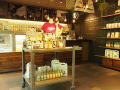Cafe 小田原柑橘倶楽部  神社が発起人となって 地元の農家や企業と作り上げた 小田原柑橘倶楽部の直営カフェ  地元産の柑橘類を使った ジュースやサイダーが販売されています。
