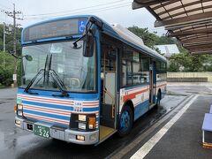 出雲市駅から出雲大社までのバスは30分に1本あるけど、さらにその先の日御碕まで行くバスは1日の3本ほどしかない。 なので本当はもう少し出雲大社周辺を観光したかったけどバスの時間に合わせる形で日御碕行きのバス停へ。  この旅行記は↓ https://4travel.jp/travelogue/11702211 の続き。