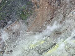 崖を這う噴煙 真っ黄色の硫黄 何度見ても圧倒されます。  過去、噴火警戒レベルが上がった時は 立入禁止になったこともありました。