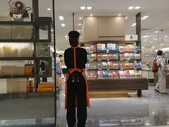 暑いので伊勢丹地下のベンチで休憩。  伊勢丹新宿店は、スタッフの新型コロナウイルス感染などから、一部売場を休業・営業時間を変更すると発表したのはこの数日後のことだ。  近くて遠い東京  普通にとんかつを食べることが出来るって、結構シアワセなんじゃないかと思った夏の日のこと。