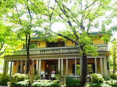 山手234番館。 小さいですが、4世帯向け住宅。入り口のドアが全部中央にあったそうです。  昭和2年(1927年)築。 横浜市認定歴史的建造物