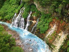 白糸の滝 川の水が青い 下流に青い池がある。