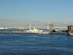 コンサート会場のパシフィコ横浜に向かいます。 インターコンチネンタルホテルを出てると、「臨港パーク」に入ります。 海の景色が最高。 横浜ベイブリッジとハンマーヘッドが見えます。