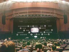 パシフィコ横浜 (横浜国際平和会議場)の中のコンサート観客席からの眺めです。コンサートが始まる前に記念撮影。