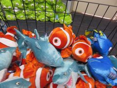 水族館のギフトショップ ニモ、ドリー、サメ・・・