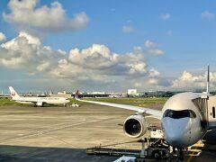 なので、予定通り7/31(Sat.)羽田空港にやってきました。  サクララウンジにAM6時くらいにやってきましたが、ガラガラ。  でも1時間くらい経ってくると、どんどんお客様が増えてきました(◎_◎;) コロナ禍以降、私が見た最も乗客が多い羽田空港です。