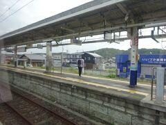 越生駅。見えているのは東武越生線のホーム。 八高線の方は、すれ違い設備が撤去されて棒線ホームの無人駅になってしまった(ホームは反対側にある)。
